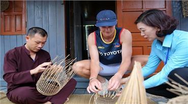 Trải nghiệm làng chài Cửa Vạn cùng du khách nước ngoài